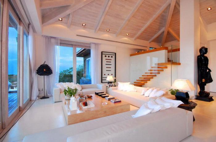 table-de-salon-carrée-en-bois-grands-sofas-blancs-plafond-en-bois