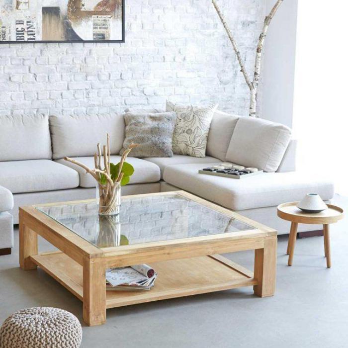 table-de-salon-carrée-en-verre-et-mur-briques-