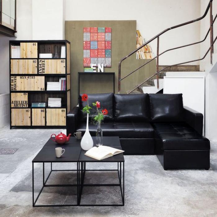 table-de-salon-carrée-escalier-industriel-sofa-noir-sectionnel