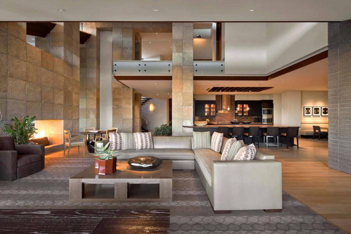 table-de-salon-carrée-grand-salon-avec-cuisine-maison-contemporaine