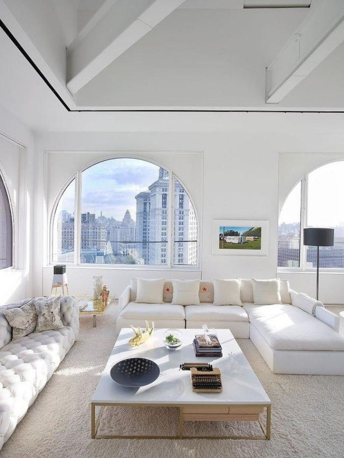 table-de-salon-carrée-grandes-fenêtres-arquées-sofa-composable