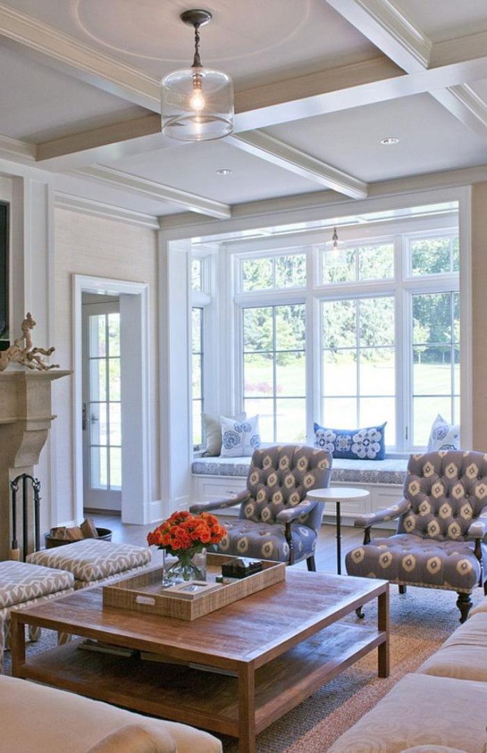 table-de-salon-carrée-grandes-fenêtres-blanches-fauteuils-gris-vintage