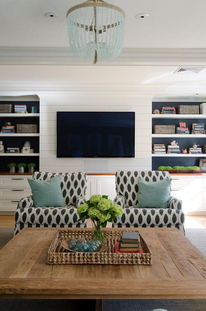 table-de-salon-carrée-plafonnier-et-coussins-turquoises