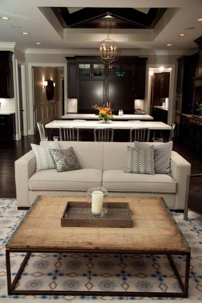 table-de-salon-carrée-sofa-couleur-crème-et-table-industrielle