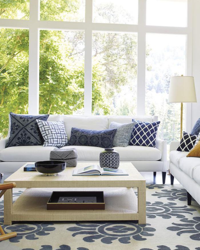 table-de-salon-carrée-sofas-blancs-salon-élégant
