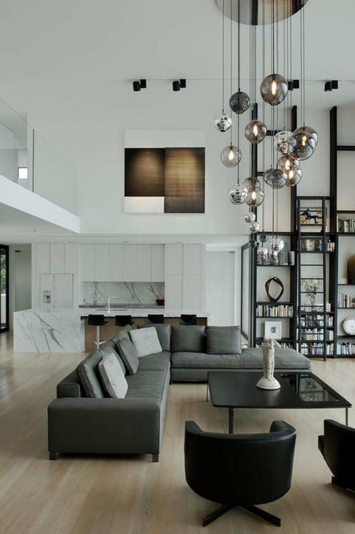 table-de-salon-carrée-suspensions-spectaculaires-dans-un-salon-blanc