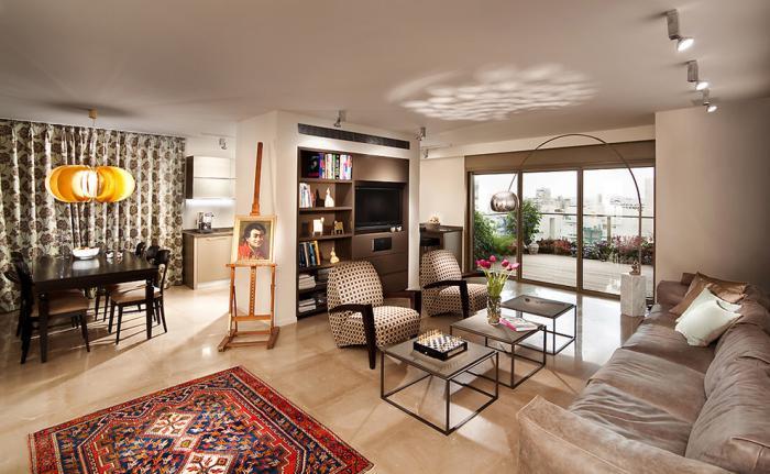 table-de-salon-carrée-tapis-bariolé-intérieur-plan-ouvert