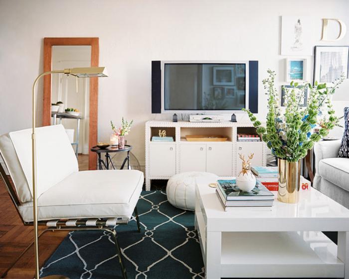 table-de-salon-carrée-tapis-géométrique-meubles-blancs
