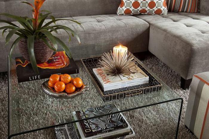 table-de-salon-carrée-tout-verre-et-sofa-gris