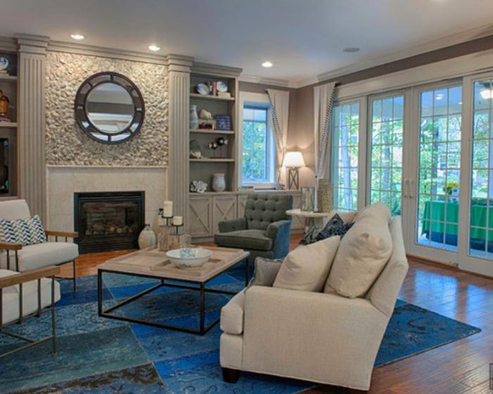 tapis-patchwork-bleu-salon-beige-avec-cheminée
