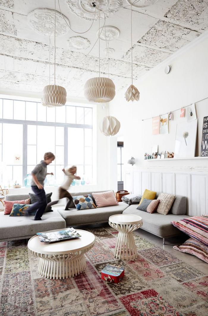 tapis-patchwork-et-sofa-gris-composable-intérieur-à-haut-plafond
