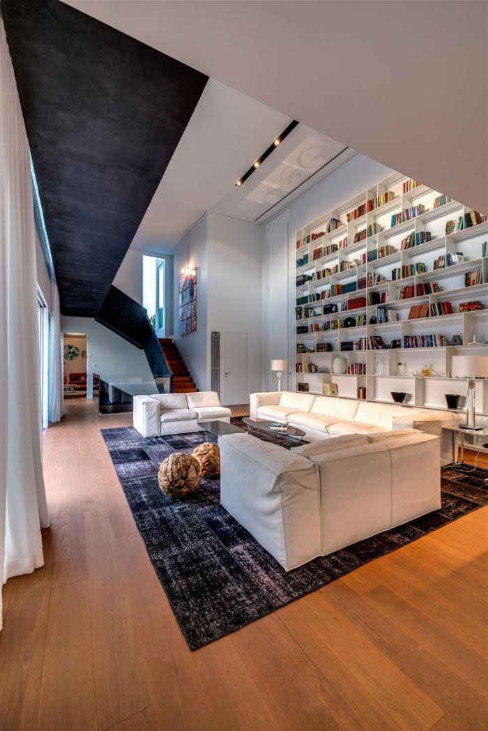 tapis-patchwork-grand-salon-contemporain-bibliothèque-murale-blanche