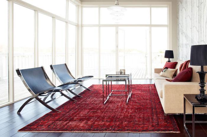 tapis-patchwork-rouge-salon-épuré-et-simple