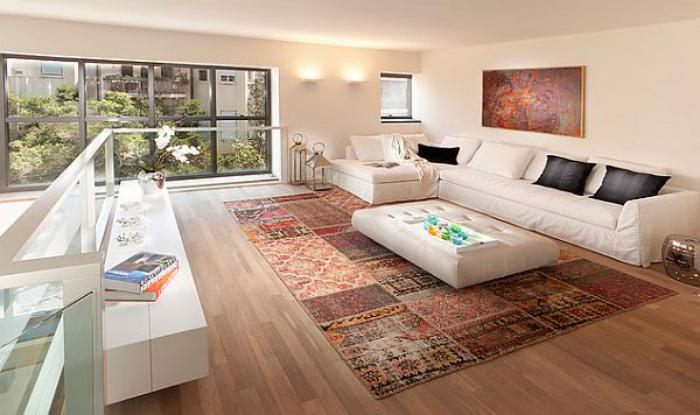 tapis-patchwork-salon-original-avec-meubles-blancs