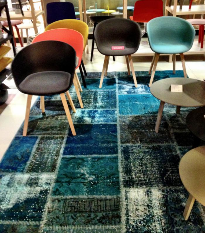 tapis-patchwork-turquoise-plusieurs-chaises-scandinaves