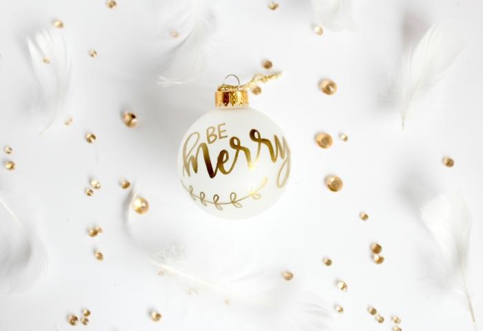 bricolage de noel facile et rapide, DIY boule de Noël peinte en blanche avec message joyeux Noel en marqueur doré