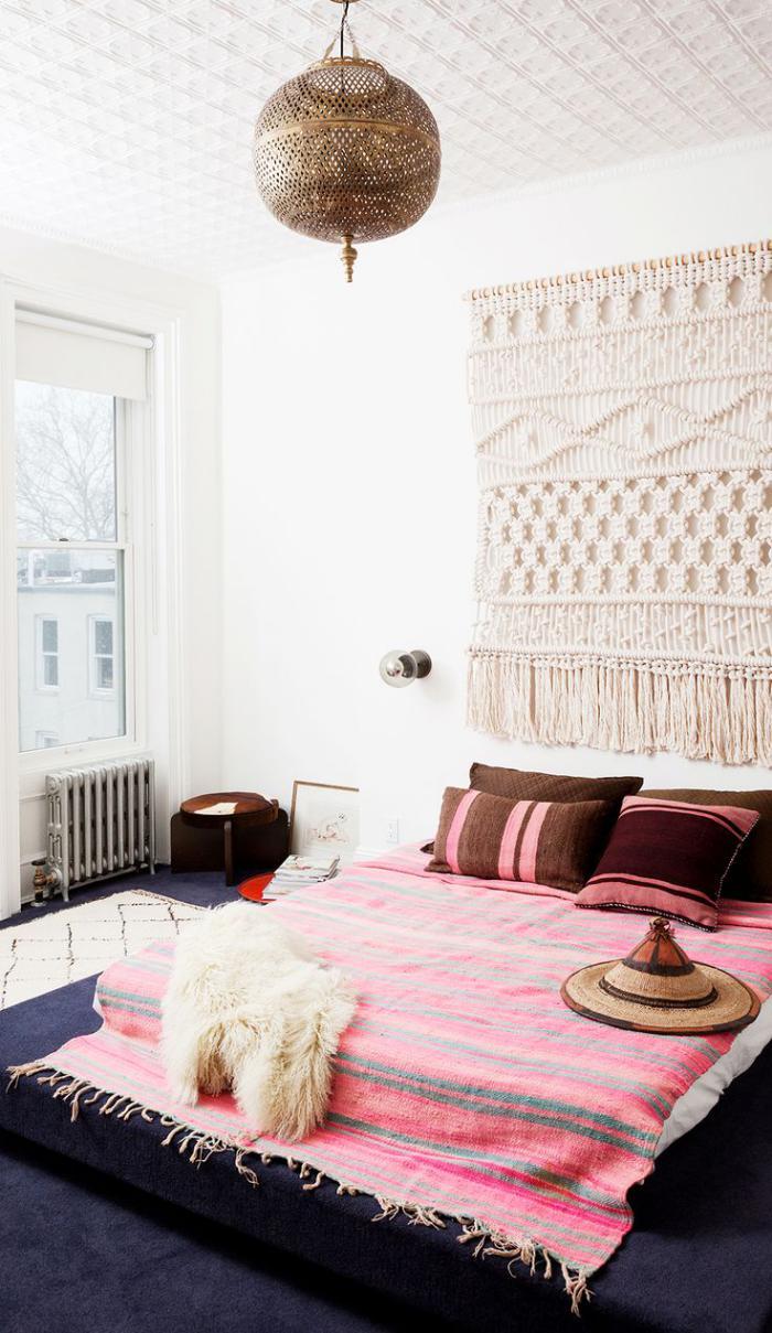 tentures-murales-crochetées-un-couvre-lit-tapis-rose-ethnique