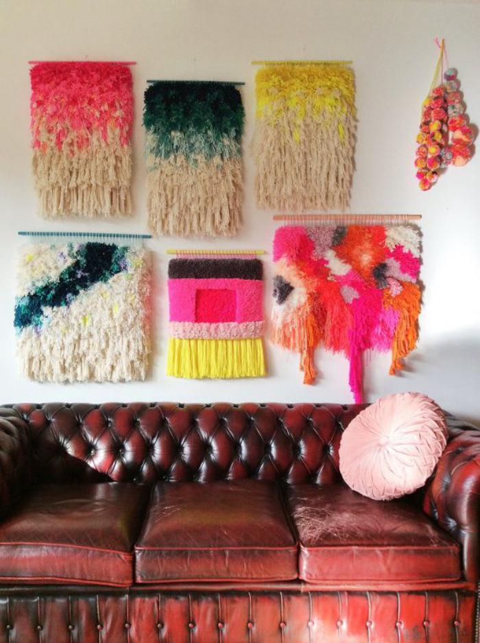 tentures-murales-jolies-laine-colorée-sofa-en-cuir-marron