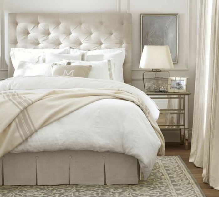 tete de lit captionn e blanc dans la chambre a coucher. Black Bedroom Furniture Sets. Home Design Ideas