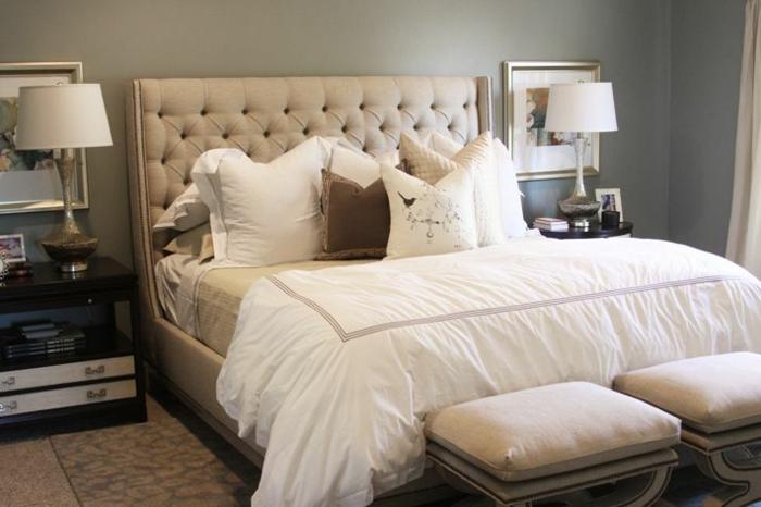 tete-de-lit-matelassée-beige-dans-la-chambre-a-coucher-avec-lampe-de-chevet-beige