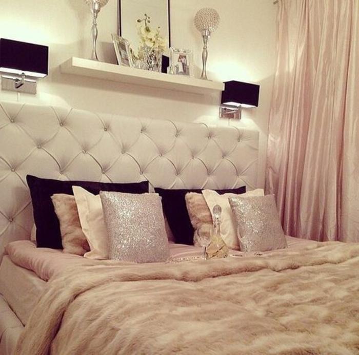 tete-de-lit-matelassée-dans-la-chambre-a-coucher-adulte-fille-avec-coussins-decoratifs