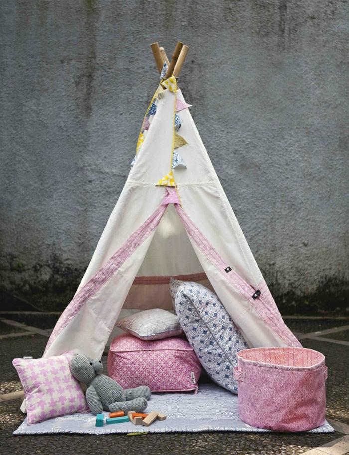 tipi-d-enfant-faite-à-la-maison-de-couverture-et-coussins