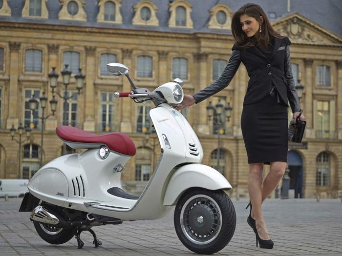 transportation-écologique-pour-la-cité-vespa-électrique-belle-femme