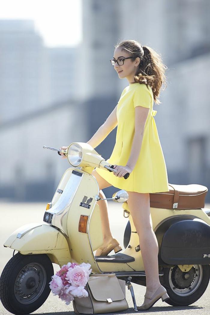 transportation-écologique-pour-la-cité-vespa-électrique-jaune-robe