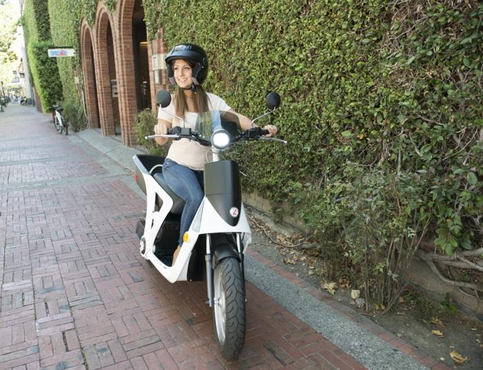 transportation-écologique-pour-la-cité-vespa-électrique-mur-fleurie