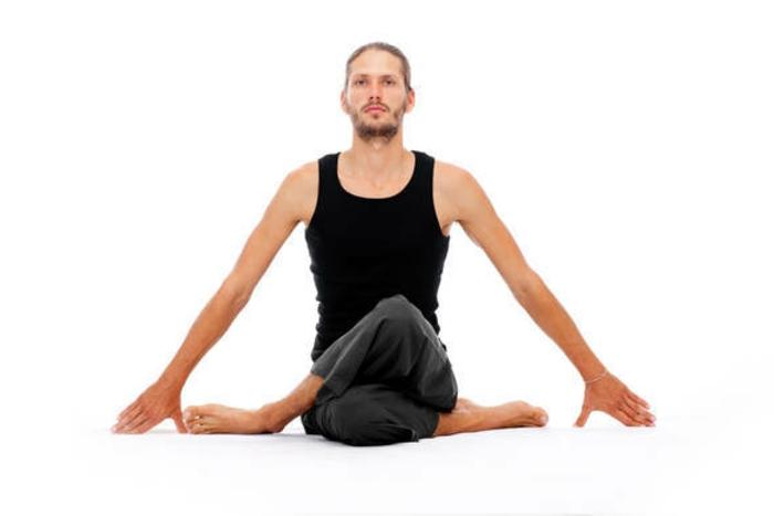 une-exercice-yoga-posture-de-yoga-professionnel-homme