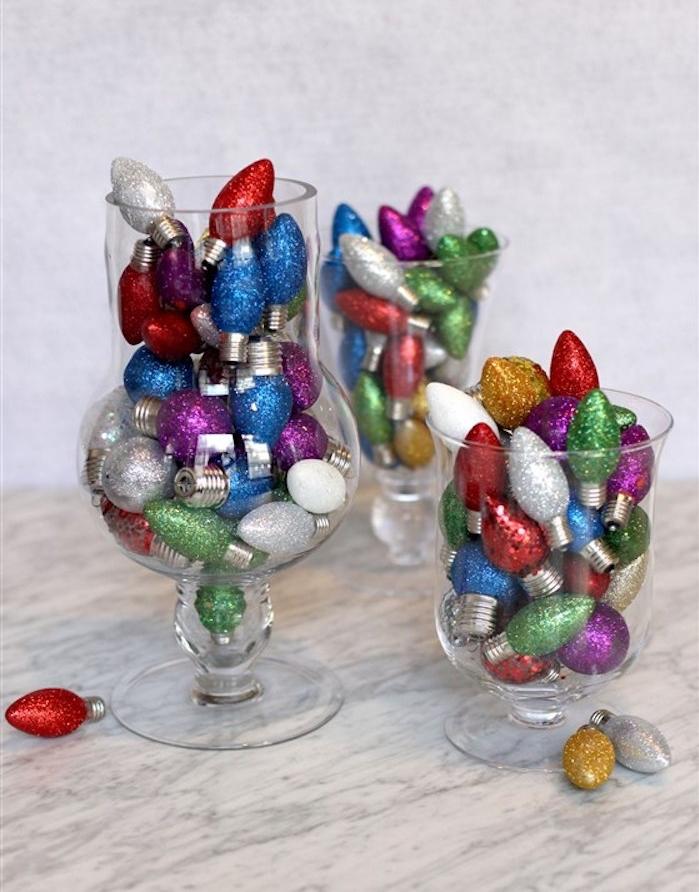 vase de verre décoré d ampoules électriques colorés et pailletées, deco de noel a faire soi meme avec recup