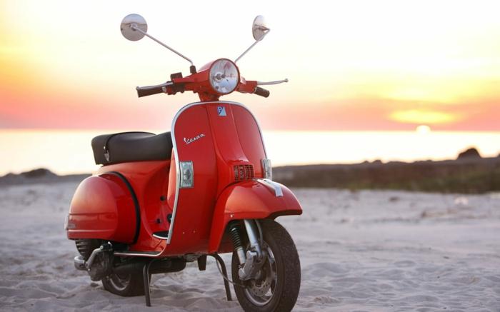 vespa-electrique-cool-moyen-de-transportation-ville-en-rouge