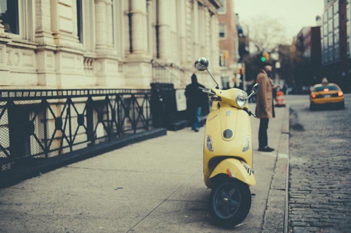 vespa-electrique-cool-moyen-de-transportation-ville-sur-la-rue