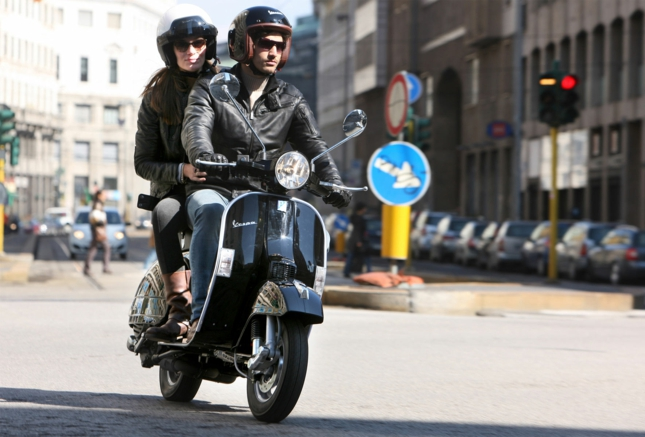 vespa-px-125-scooter-stylé-pour-la-cité-transport-couple