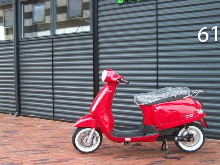 vintage-scooter-vespa-occasion-idée-écologique-beau-en-rouge
