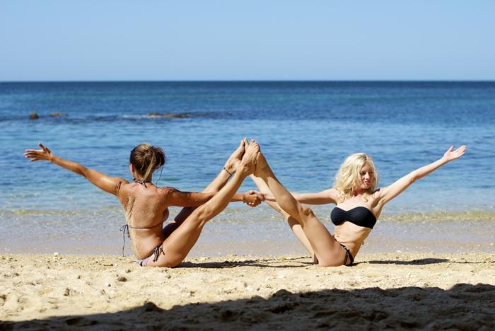 yoga-exercices-respiration-idée-santé-sportif-sur-le-plage