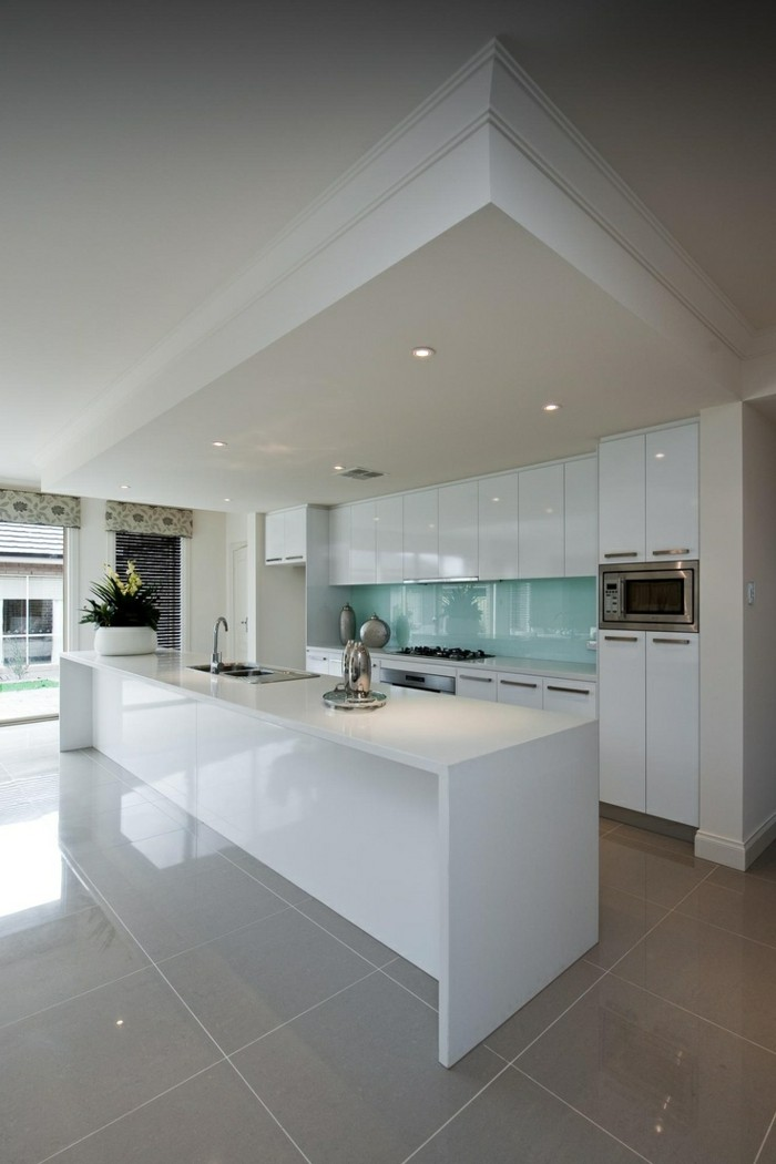 0-carrelage-poli-brillant-beige-dans-la-cuisine-meubles-blancs-dans-la-cuisine-moderne