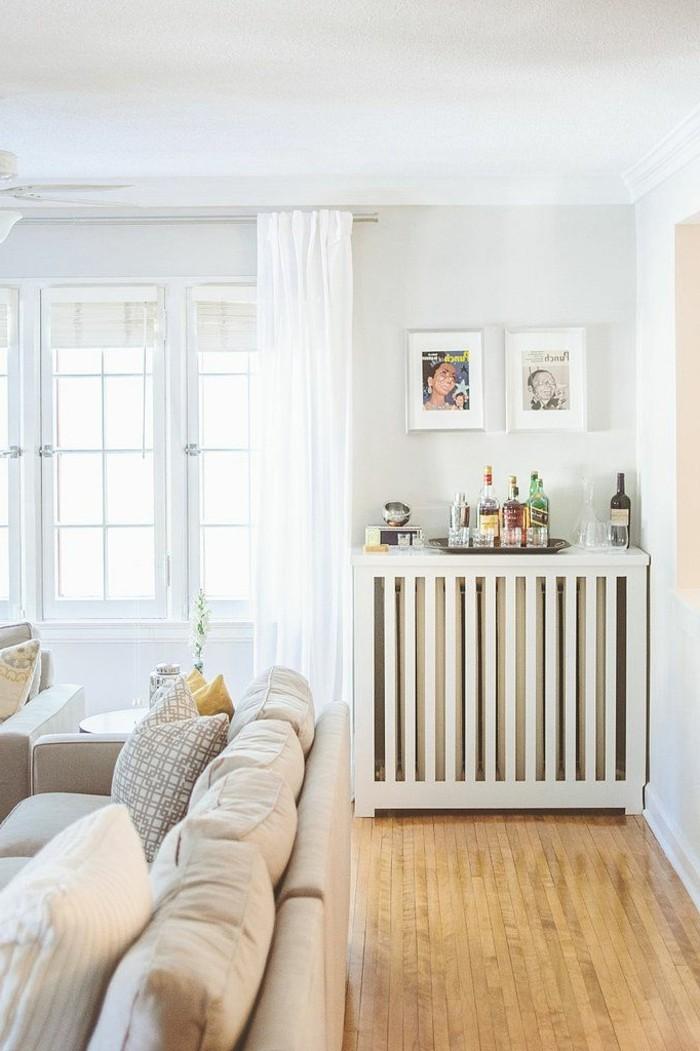 0-comment-bien-cacher-un-radiateur-dans-le-salon-sol-en-parquet-clair-canape-beige