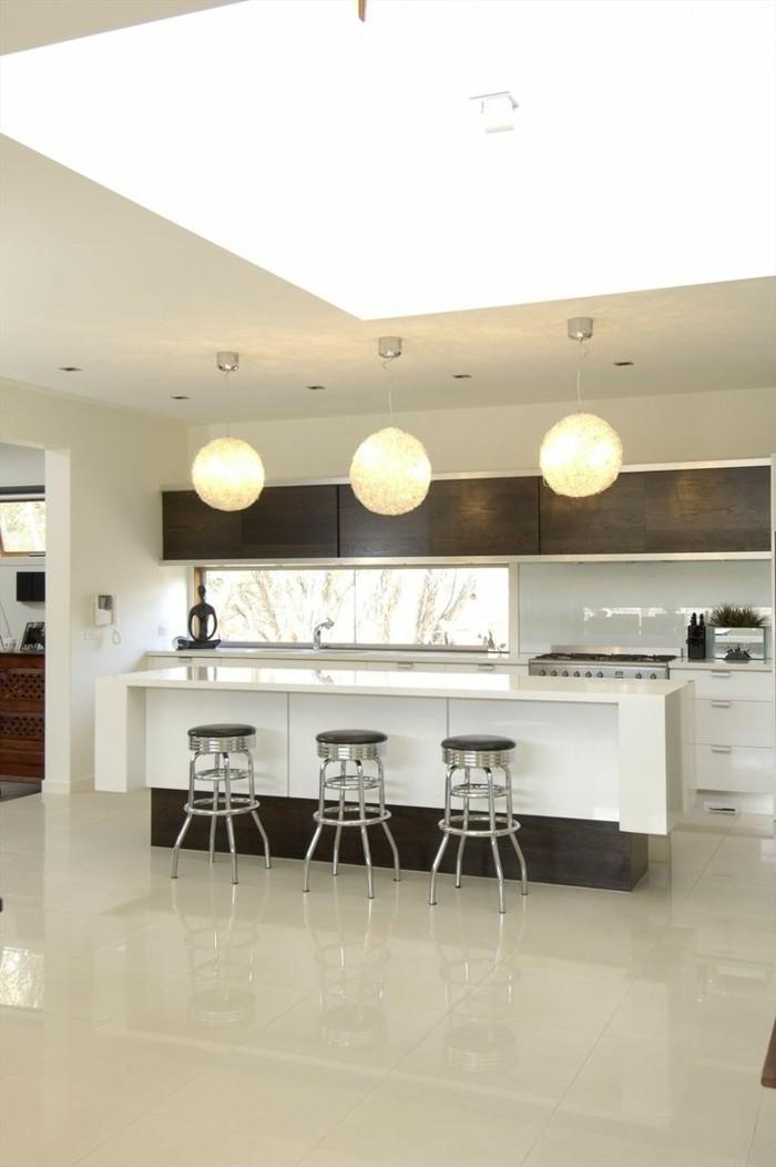 0-cuisine-elegante-avec-carrelage-poli-brillant-de-couleur-beige-chaises-de-bar-de-cuisine