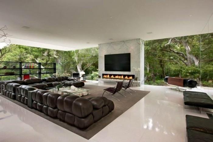 0-joli-salon-avec-carrelage-beige-brillant-et-tapis-marron-foncé-meubles-en-cuir-marron