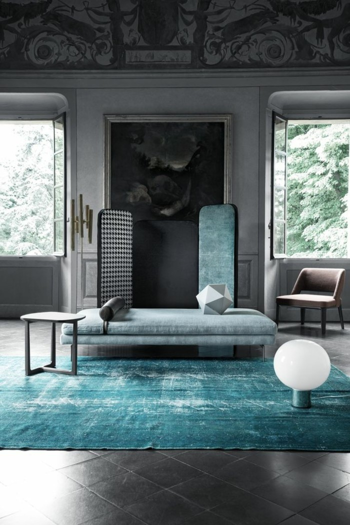 0-joli-tapis-roche-bobois-st-maclou-tapis-dans-le-salon-design-avec-canape-bleu-et-plafond-haut