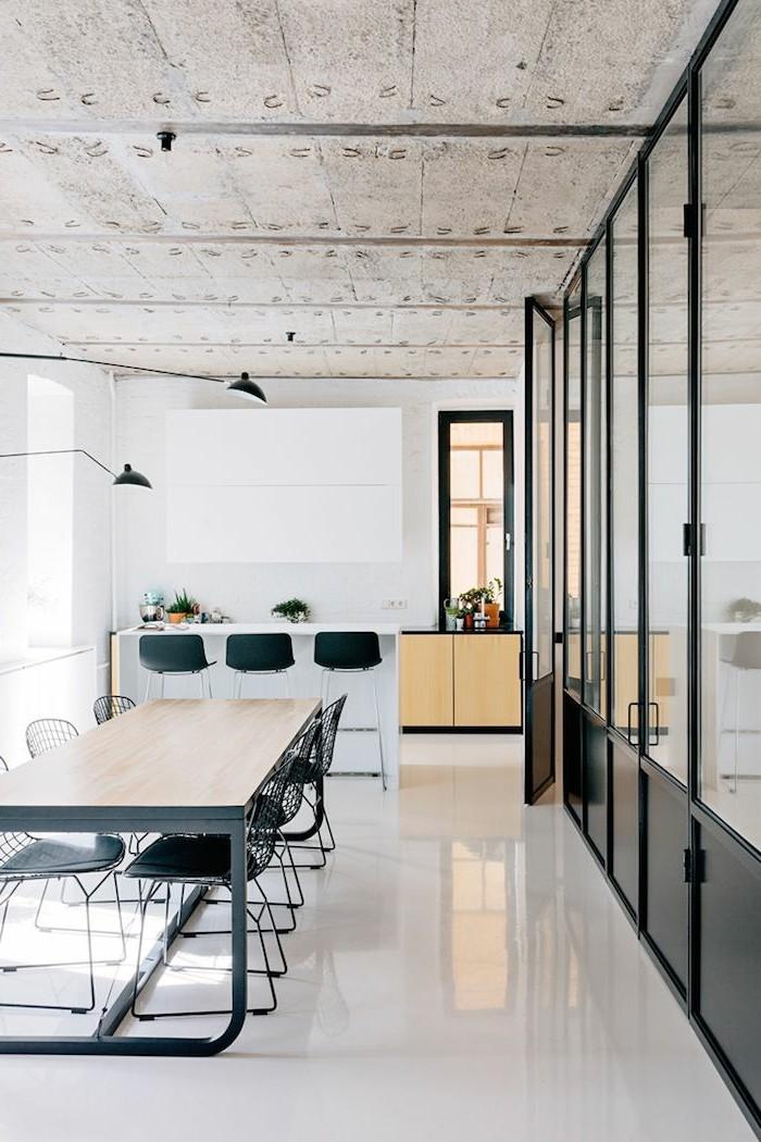 0-salon-et-salle-de-séjour-avec-sol-en-lino-blanc-chaises-transparente-en-plastique