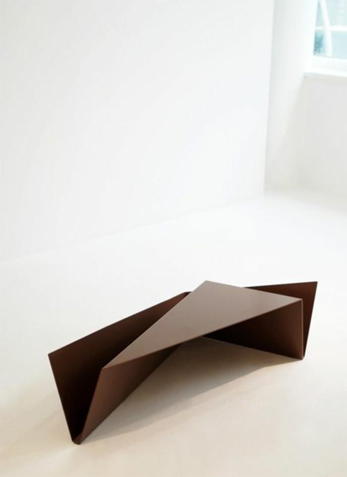 0-table-basse-en-bois-foncé-murs-beiges-dans-le-salon-moderne-table-basse-en-bois