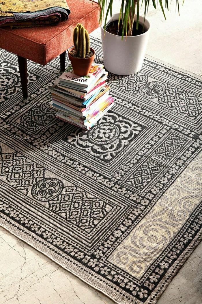 0-tapis-design-tapis-saint-maclou-blanc-noir-sur-le-sol-en-beton-ciré-plante-verte-d-intérieur - Copy