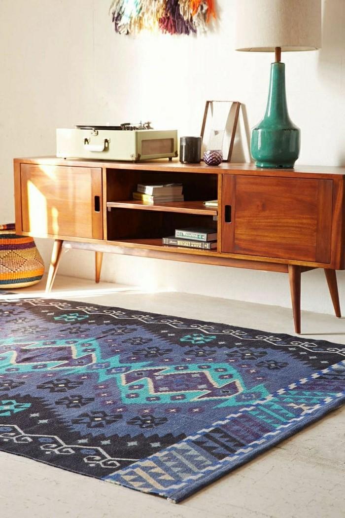 0-tapis-design-tapis-saint-maclou-de-couleur-bleu-foncé-meuble-en-bois-clair