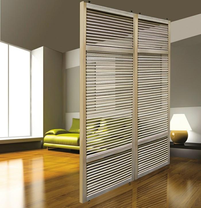 00-porte-persienne-en-bois-clair-dans-le-salon-moderne-avec-sol-en-parquet-clair