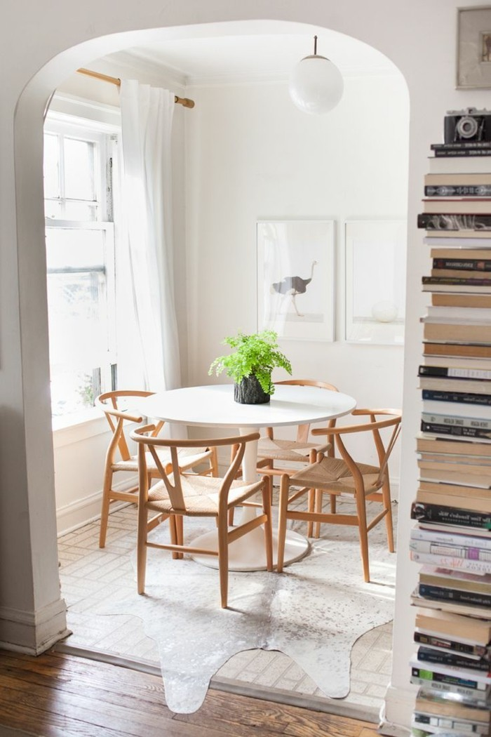00-salle-à-manger-complète-conforama-avec-chaises-en-bois-clair-et-tapis-en-peau-d-animal