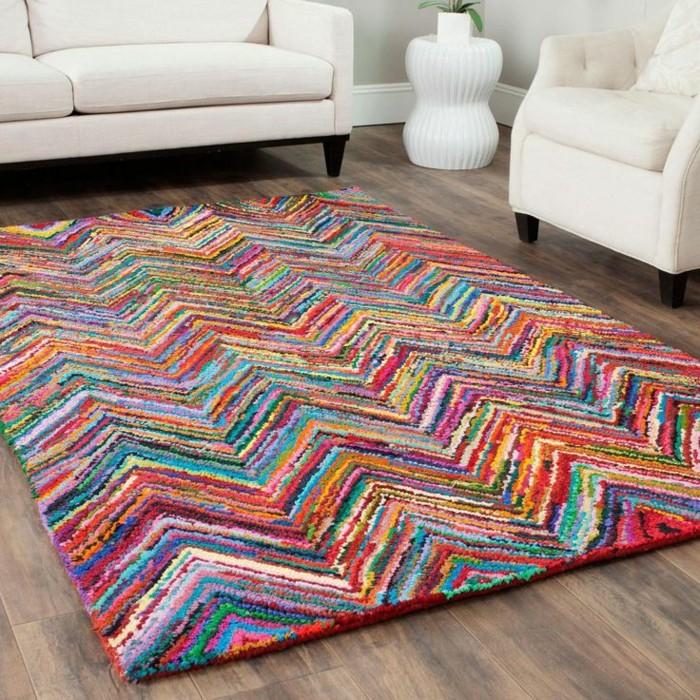 00-tapis-design-tapis-saint-maclou-colore-dans-le-salon-avec-sol-en-parquet-foncé-et-canape-beige