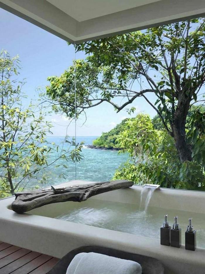 1-alinea-meuble-de-salle-de-bain-exotique-avec-baignoire-blanche-et-grande-fenetre