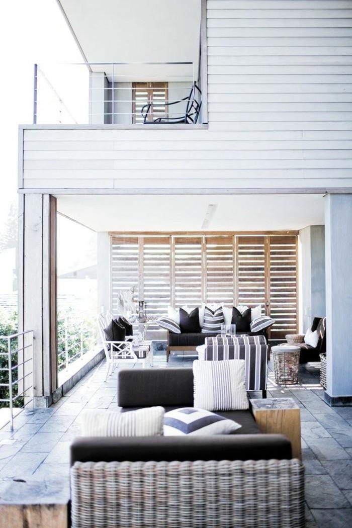 1-comment-utiliser-les-portes-placard-persiennes-en-bois-sur-la-terrasse-devant-la-maison